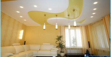 L'installazione di un soffitto teso con le mani