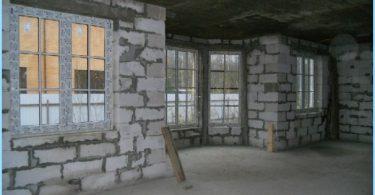 Stiamo costruendo una casa di blocchi di schiuma con le loro mani