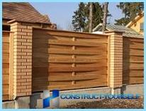 Stiamo costruendo uno steccato di legno