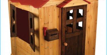 casa di legno per bambini con le loro mani