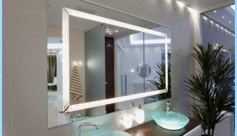 Specchio luminoso all'interno di un bagno