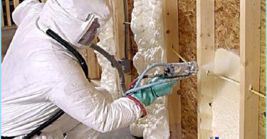 schiuma isolante termico con le mani